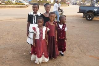 Kinder im Weihnachtsdress in Bamenda