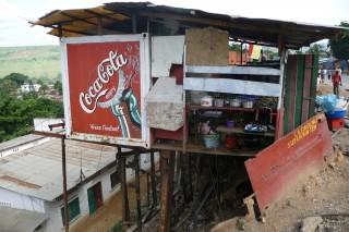 abenteuerliche Ladenkonstruktion im huegeligen Matadi