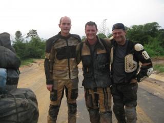 Wir drei am Ende des vermutlich schwierigsten Tages der Reise, der Schlammschlacht im Kongo. Ein unvergesslicher Moment für uns alle.