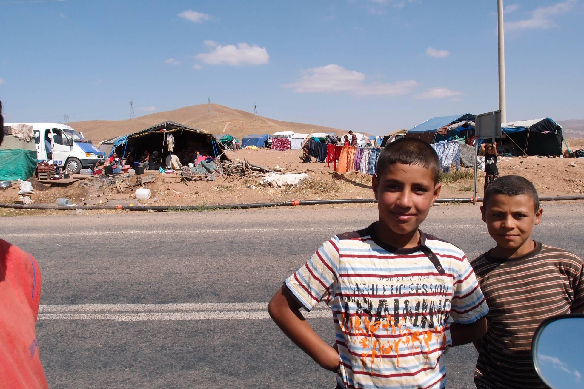 kurdische Kinder in Zeltlager