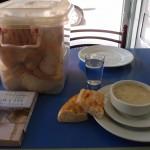 Yoghurtsuppe mit typischenBrotkorb