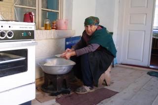 Oma beim Brot machen