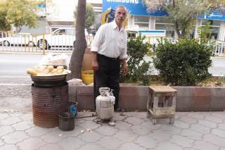 Straßenverkäufer mit Kartoffel-Ei-Brot