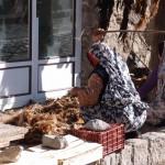 Frauen in Kandovan beim Fellschlagen